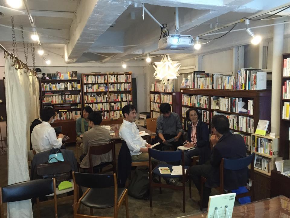 本棚に囲まれながら、対話を楽しむ参加者