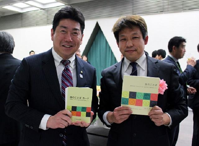 川崎市の福田市長と「旅のことば」著者の一人、井庭崇