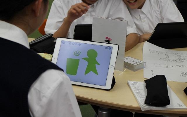 理数インターの授業風景。この授業では校内版ピクトグラムを作成中。